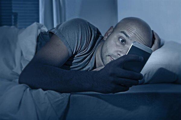 男人注意了!晚上玩手机,精子质量会变差!